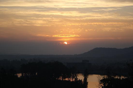 1427280125_Saputara-sunrise-point